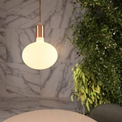Lámpara colgante hecha en Italia con cable textil y detalles metálicos en contraste