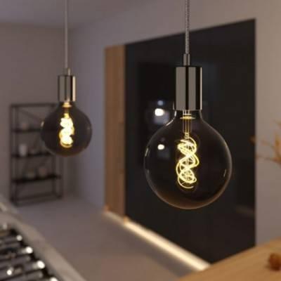 Lámpara colgante hecha en Italia con cable textil, bombilla y acabados metálicos