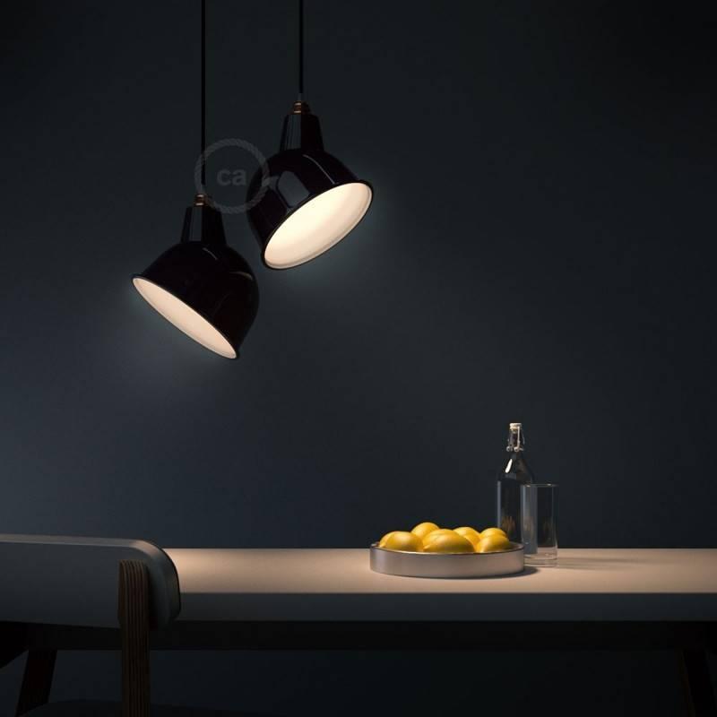 Lámpara colgante hecha en Italia con cable textil, pantalla Broadway y detalles metálicos