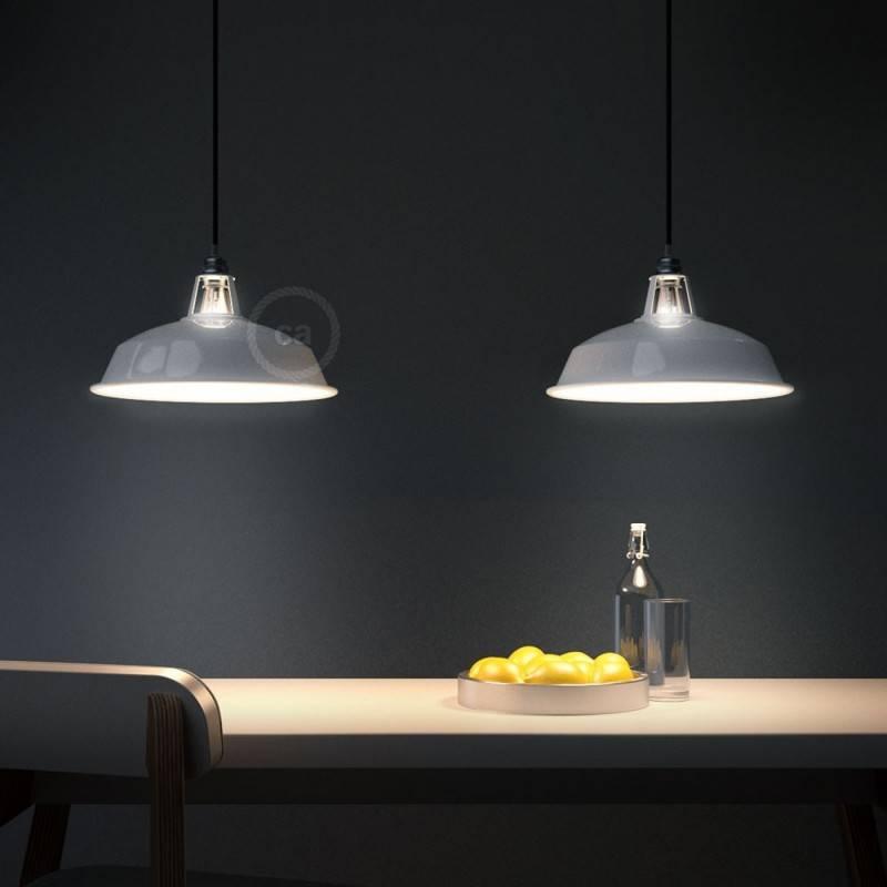 Lámpara colgante hecha en Italia con cable textil, pantalla Harbor y detalles metal