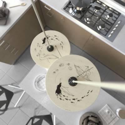 Lámpara colgante hecha en Italia con cable textil, pantalla de madera UFO de doble cara y acabados metálicos