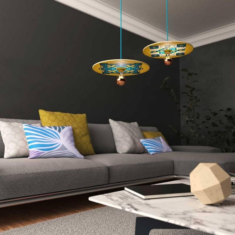 Lámpara colgante hecha en Italia con cable textil, bombilla, pantalla de madera UFO de doble cara y acabados metálicos