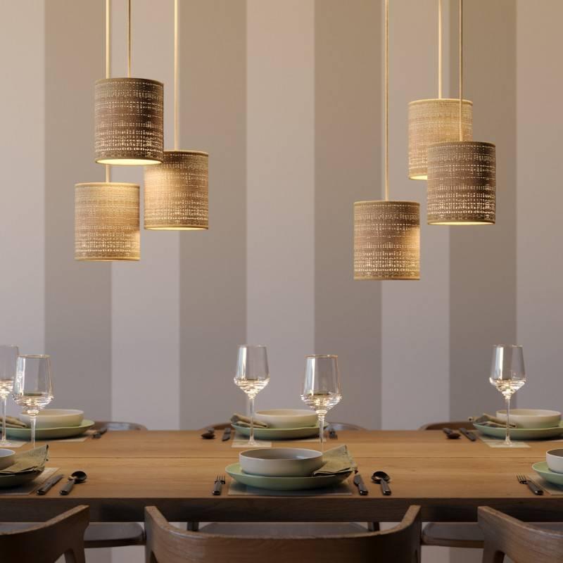 Lámpara colgante hecha en Italia con cable textil, pantalla de Raffia Cylinder y acabados metálicos